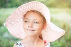 一个美丽的女孩的夏天画象一个桃红色帽子的 免版税图库摄影