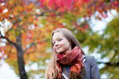 一个美丽的女孩的室外秋天纵向 图库摄影