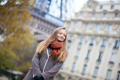 一个美丽的女孩的室外纵向在巴黎 库存照片