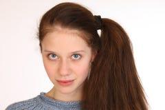 一个美丽的女孩的接近的画象有丰富的头发的 免版税图库摄影