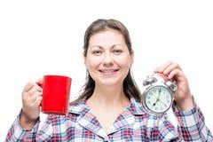 一个美丽的女孩的早晨画象有一杯咖啡的 免版税库存照片