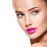 一个美丽的女孩的时尚画象头戴在前额的面纱 增殖比 免版税库存照片