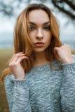 一个美丽的女孩的特写镜头画象时髦的冬天sw的 免版税库存图片