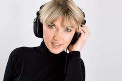一个美丽的女孩的特写镜头有耳机的 库存图片
