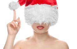 一个美丽的女孩的画象在圣诞老人帽子穿戴了,有美好的构成的 图库摄影