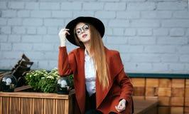 一个美丽的女孩的画象帽子和外套的 免版税库存图片