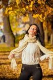 一个美丽的女孩的画象时兴的企业布料的 免版税库存照片