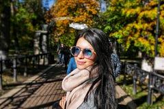 一个美丽的女孩的画象明亮的太阳镜的 免版税库存图片