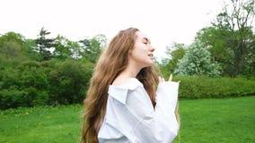 一个美丽的女孩的画象有非常摆在照相机的长的卷发的 一个有吸引力的时尚妇女模型 影视素材