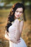 一个美丽的女孩的秋天画象桃红色礼服的 免版税图库摄影