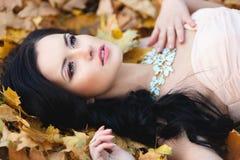一个美丽的女孩的秋天画象 免版税库存图片