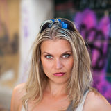 一个美丽的女孩的纵向在街道艺术墙壁前面的 免版税图库摄影