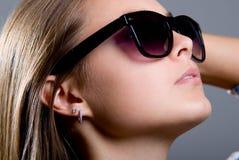 一个美丽的女孩的纵向太阳镜的 库存照片
