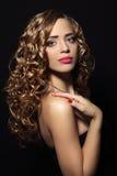 一个美丽的女孩的纵向有卷发的 库存图片