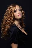一个美丽的女孩的纵向有卷发的 免版税库存照片