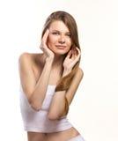 一个美丽的女孩的纵向有长的头发的 免版税库存图片