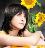 一个美丽的女孩的纵向用向日葵 库存图片
