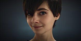 一个美丽的女孩的纵向 黑发 美丽的眼睛 免版税库存图片