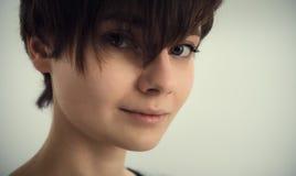 一个美丽的女孩的纵向 黑发 美丽的眼睛 免版税图库摄影