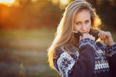 一个美丽的女孩的自然背后照明画象 免版税图库摄影