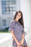 一个美丽的女孩的都市画象在夏天 免版税库存照片