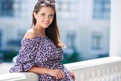 一个美丽的女孩的都市画象在夏天 图库摄影