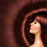 一个美丽的女孩的长的红色发光的头发 图库摄影