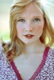 一个美丽的女孩的面孔有雀斑特写镜头的 图库摄影