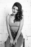 一个美丽的女孩的黑白纵向 白色砖墙,没有 免版税库存照片