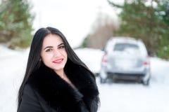 一个美丽的女孩的画象一个冬天p的背景的 免版税图库摄影