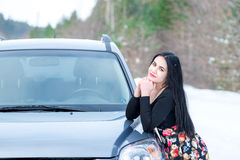 一个美丽的女孩的画象一个冬天p的背景的 免版税库存照片