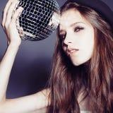 一个美丽的女孩的画象一个帽子的有迪斯科球的 免版税库存照片