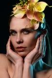 一个美丽的女孩的画象一个花卉外缘的 免版税库存照片