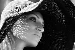 一个美丽的女孩的画象一个被编织的帽子的 图库摄影