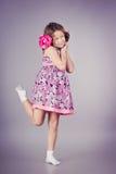 桃红色摆在的美丽的女孩在演播室 免版税库存照片