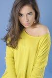 一个美丽的女孩的画象一件黄色毛线衣的 库存照片