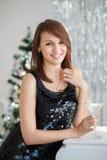 一个美丽的女孩的画象典雅的圣诞节装饰的 库存照片