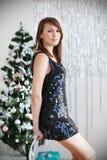 一个美丽的女孩的画象典雅的圣诞节装饰的 免版税库存图片