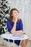 一个美丽的女孩的画象典雅的圣诞节装饰的 免版税图库摄影