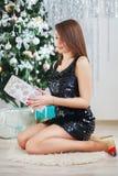 一个美丽的女孩的画象典雅的圣诞节装饰的 免版税库存照片