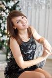 一个美丽的女孩的画象典雅的圣诞节decorati的 图库摄影