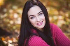 一个美丽的女孩的画象在公园 库存图片