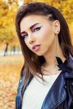 一个美丽的女孩的画象岩石样式的与明亮的构成 免版税图库摄影