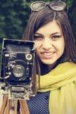 一个美丽的女孩的画象有一台减速火箭的照相机的 免版税库存图片