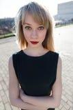 一个美丽的女孩的画象有一支明亮的唇膏的 免版税库存照片