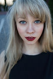 一个美丽的女孩的画象有一支明亮的唇膏的 图库摄影