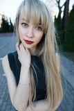 一个美丽的女孩的画象有一支明亮的唇膏的 库存图片