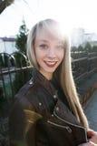 一个美丽的女孩的画象有一支明亮的唇膏的 免版税库存图片