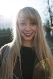一个美丽的女孩的画象有一支明亮的唇膏的 库存照片