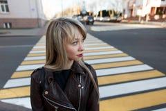 一个美丽的女孩的画象有一支明亮的唇膏的 免版税图库摄影